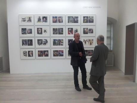 """Künstler unter sich. Gerd Mackensen """"Voodoo-Serie"""" an der Wand, davor Jost Heyder und Ullrich Panndorf im Gespräch."""