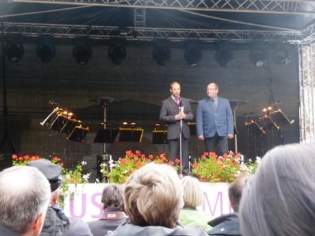 Herr Jueterbock (links) hält die Vorrede und fotografiert aus der ersten Reihe. Alle Fotos: mip.