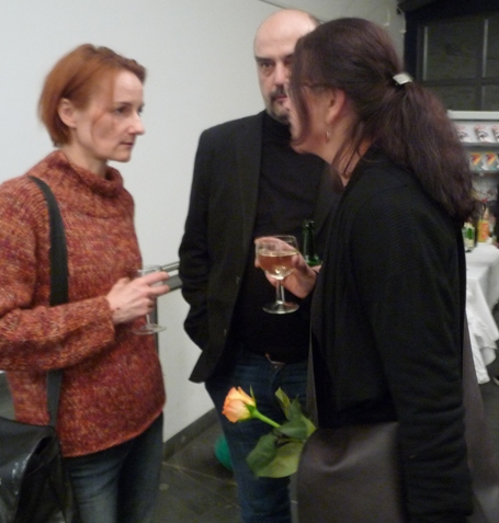 Atmosphäre: Menschen reden über Kunst und trinken Wein. Fotos: mip. Titel: Ausschnitt Einladungskarte.