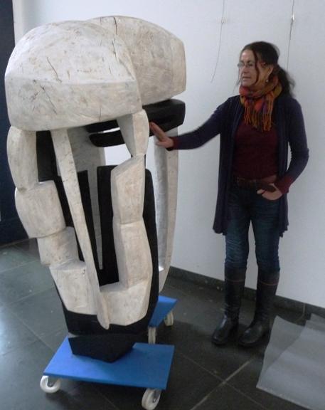 """""""Körpermaske"""", der Wächter der Ausstellung, muss noch platziert werden von Beate Debus."""