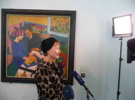 """Generaldirektorin Ingrid Mössinger im Interview, dahinter Kirchners Gemälde """"Erich Heckel und Dodo im Aterlier"""". Fotos: mip"""
