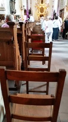 Exklusive harte Stühle für teuer Geld.