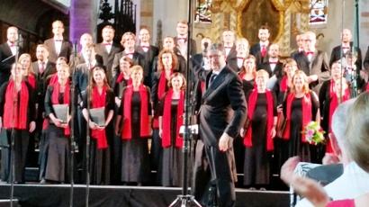 Vielbeschäftigter Dirigent Rademann mit Dresdner Kammerchor. Fotos: mip