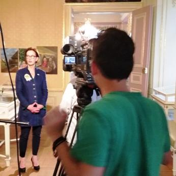 Beobachtet. Die Direktorin beim TV-Interview mit Raute.