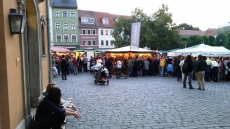 Distanziert und mittendrin. Weinfest am Frauenplan vor Goethes Wohnhaus und Museum. Fotos: mip
