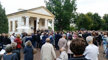 Feiern in Familie und mit Freunden: Goethes 266. Geburtstag im Ilm-Park.
