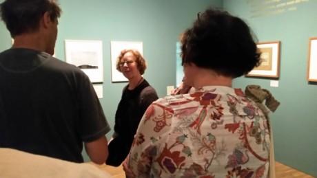 Barbara Klemm in ihrer Ausstellung und im Flirt mit Goethe-Zeichnungen. Fotos: mip