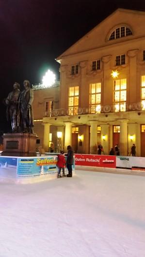 Eiszeit vor dem Deutschen Nationaltheater Weimar.