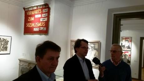 Die Kuratoren Holger Peter Saupe (links), und Paul Kaiser (rechts) in der Ausstellung im Gespräch mit Jörg Sobiella von MDR Kultur.