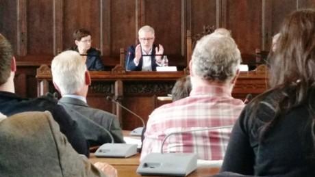 Minister Hoff redet mit Händen und vielen Worten zu den Stadträten.