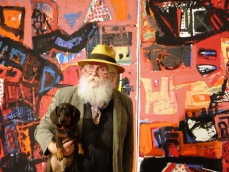 H. P. Meyer mit Hund Korbinian vor seinem Bild FORT GESETZTE WANDLUNG.