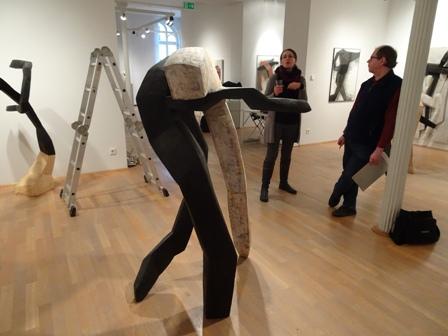 Vor der Vernissage. Beate Debus plaudert mit Galerist Ralf-Michael Seele.