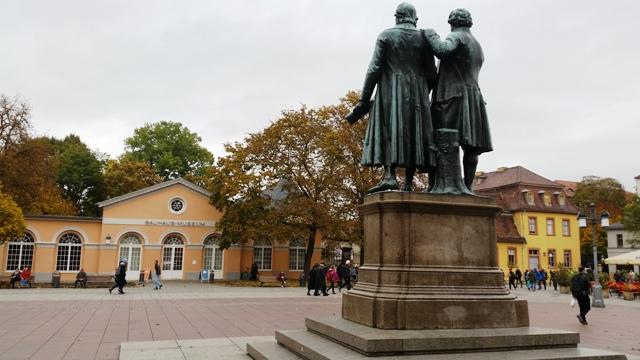 Das aktuelle, kleine Weimarer Bauhaus-Museum am Theaterplatz ist ein Besuchermagnet.