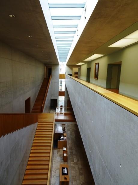 Oberlichtband, klare Linien und Formensprache im Inneren des Museums.