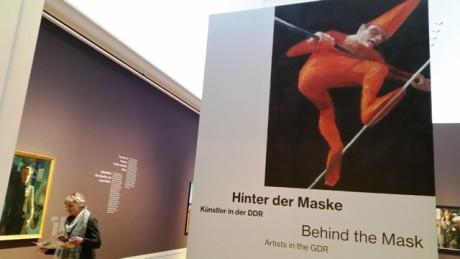 """Werbung mit """"Seiltänzer"""", dahinter """"Selbstbildnis"""" von Hans Grundig, 1946."""