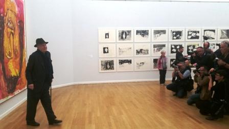 Georg Baselitz im Blitzlichtgewitter in seiner Ausstellung in Chemnitz.
