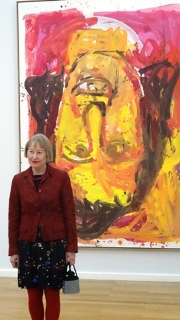 """Ingrid Mössinger vor dem Bild von Georg Baselitz """"Schwester Rosi III""""."""