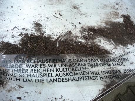 Abgestürzt: Textfahne erinnert an die Schließung 2003.