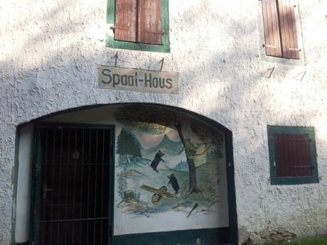 Spaal-Haus mit wunderbar kitschiger Fassadenmalerei.