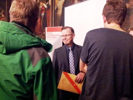Ramelow mit Mappe SOFORT. Nach seiner Wahl zum Ministerpräsidenten von Thüringen am 5. Dezember soll es SOFORT losgehen, sagt der Kandidat. Fotos: mip