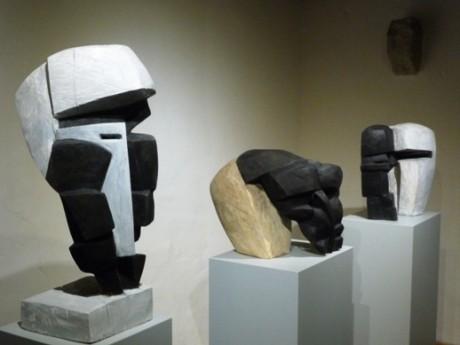 Gesichter und Masken: kantig, bewegt, distanziert, überlappend, undurchschaubar, durchscheinend.