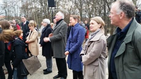 Stille Freude bei Architektin Prof. Heike Hanada (im blauen Mantel) als Gast des symbolischen Aktes. Fotos. mip