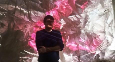 Robert Seidel vor einer Raumskulptur in seiner Ausstellung. Fotos: mip