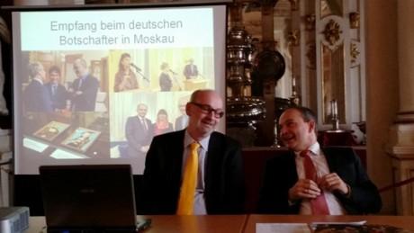 Fröhlich zurück aus Moskau: Stiftungsdirektor Eberle (links) und OB Kreuch. Fotos: mip