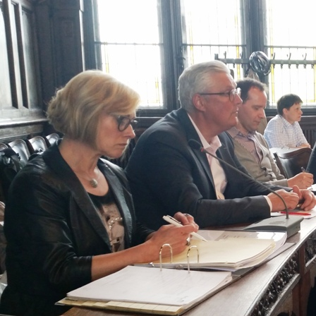 Kennen den Vertragsentweurf nicht: Verwaltungsdirektorin Klepp-Pallas (vorn) und Generalintendant Montavon. Fotos: mip