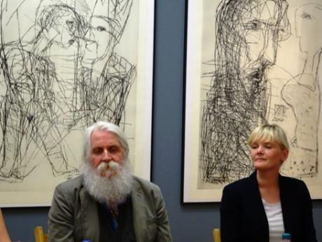 Künstler und Kuratorin, Horst Peter Meyer und Nadine Steinacker, dahinter großformatige Kaltnadelradierungen.
