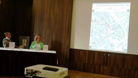 TTG-Chefin Bärbel Grönegres und Ministerpräsident Bodo Ramelow beobachten die Präsentation der Luther-App.