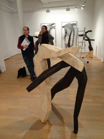 Die Skulptur tanzt.