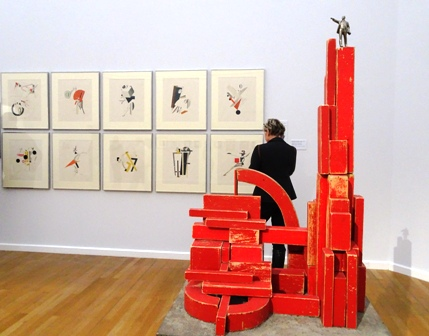 Modell für Lenin-Denkmal und Avantgarde-Kunst in einer Blickachse.