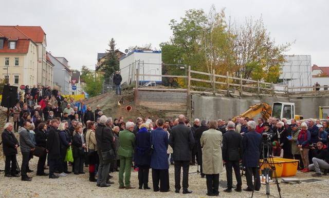 Ganz oben am Hang beobachtet Michael Siebenbrodt die Grundsteinlegung für den Neubau des Bauhaus-Museums.