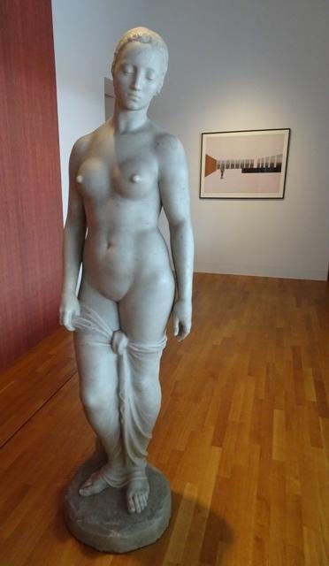 """Lehmbrucks """"Stehende"""" vor der Collage von Mies"""