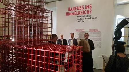 Die Käfig-Architektur domniert die Ausstellung.