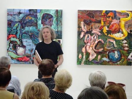 Direktor Kai Uwe Schierz in der Ausstellung beim Vortrag über den Künstler.